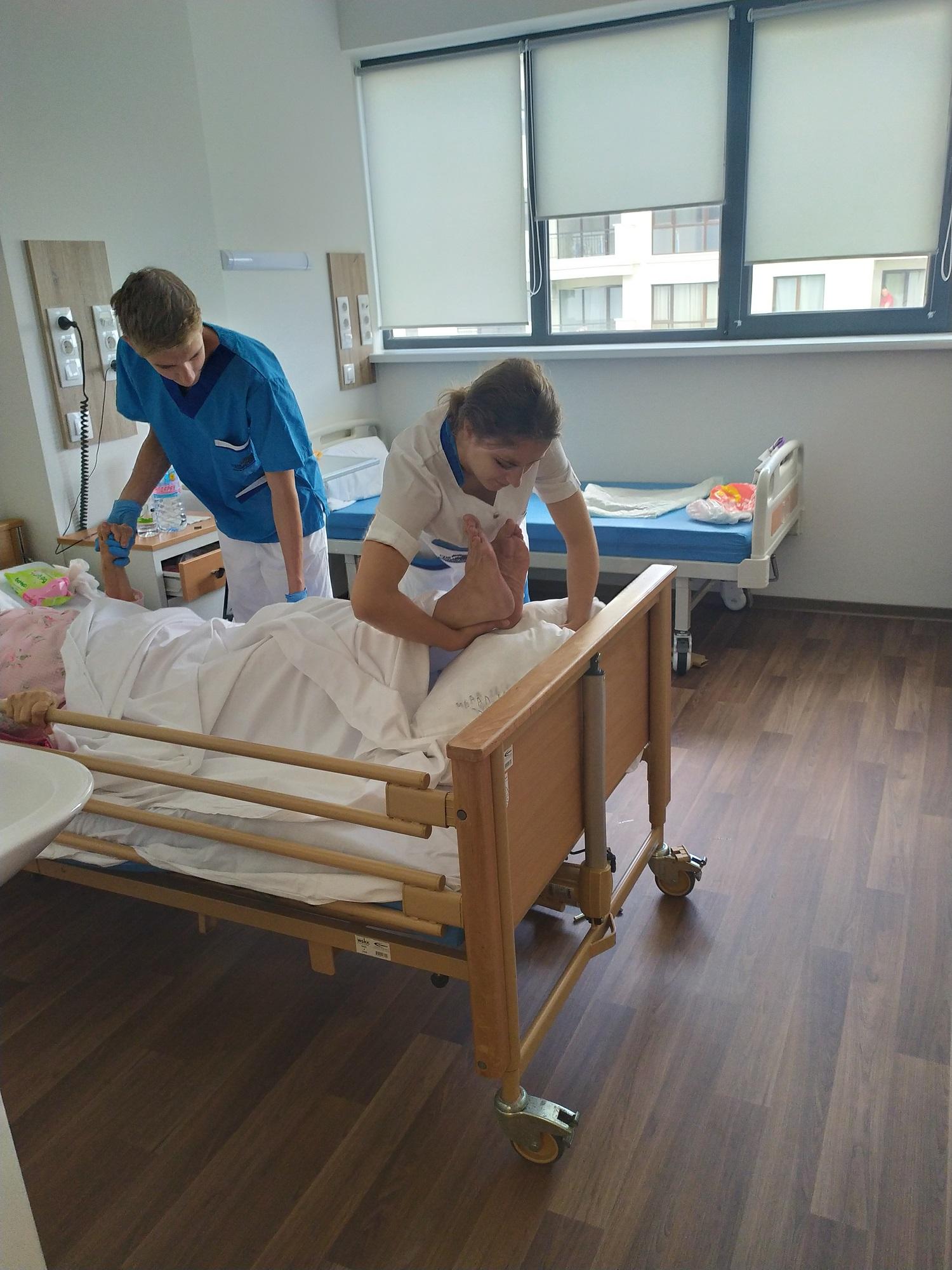 Стажанти от Португалия помагат на болни и възрастни хора